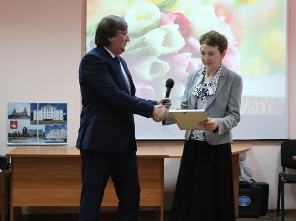 Партийцы Ленинского района Перми поздравили женщин с Днём матери